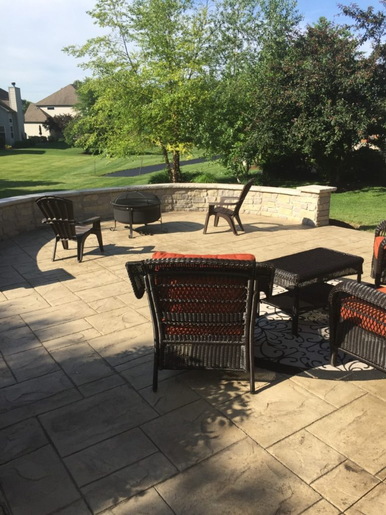 LARGE PATIO, WALLS AND COUNTER